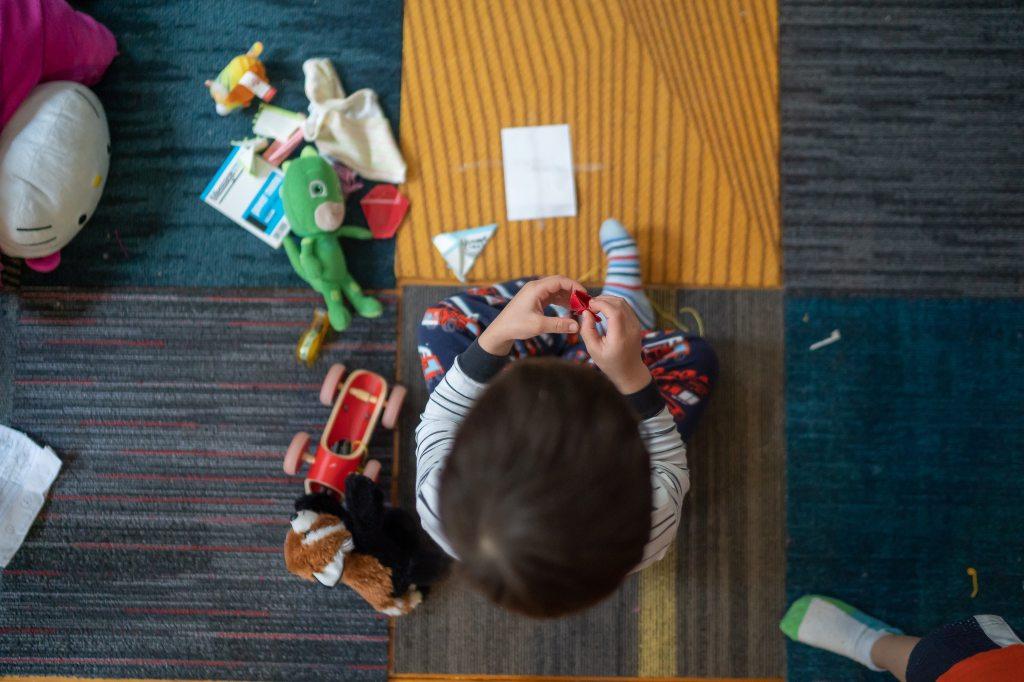 बच्चे अपने जीवन में खिलौने क्यों पसंद करते हैं? यह उसी कारण से है जिस कारण हम वयस्क हमारे मनोरंजन के लिए चीजें चाहते हैं। खिलौने बच्चों और वयस्कों के जीवन में बहुत महत्वपूर्ण भूमिका निभाते हैं। हम कार, बाइक, बेस्ट गैजेट, बेस्ट ड्रेस आदि रखना चाहते हैं। बच्चों के लिए यह जगह उनके खिलौनों से भर जाती है। एक बच्चे को अलग-अलग उम्र में अलग-अलग खिलौने पसंद आ सकते हैं।