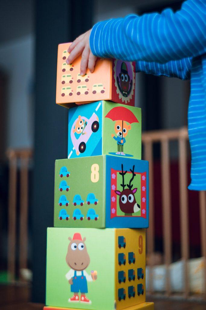 खिलौने, खेल और पहेली में कई प्रकार की सामग्री शामिल होती है, जिससे बच्चे खोज सकते हैं, एक साथ रख सकते हैं, खींच सकते हैं और धक्का दे सकते हैं/ खिलौना