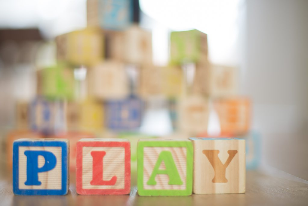 क्या बच्चों को खिलौनों से भरा कमरा चाहिए? पुनर्विचार करें। इस तरह से मैं हर बार खुद का मूल्यांकन करती हूं, जब मैं एक खिलौने की दुकान से गुजरती हूं और मेरी बेटी मेरी तरफ बहुत आशा और उत्साह के साथ देखती है।
